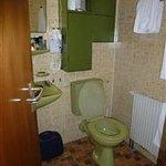 Toilet en gedateerde  badkamer