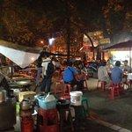 Bij de foodstalls, bij de Chiang Mai gate.