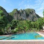 Típicas formaciones rocosas de la zona de Krabi + piscina