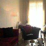 客室の一つ、ルチオダーラスイートはモダンなインテリアで、ピアノが備えられているンなインテリ