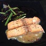 Salmón con arroz salvaje y espárragos del menú de hoy .. Espectacular