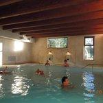 la piscina interna comunicante con quella esterna