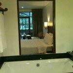 vasca con panorama della stanza