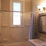 Callender Room Bathroom - Rosneath Bed and Breakfast London ON