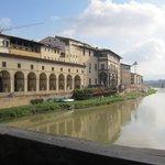 Hotellet set fra Ponte Vecchio, hotellet ligger over buegangen (Vasaris Koridor) lige til højre