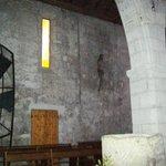 connubio perfetto tra mura XIII° secolo e vetrata arte moderna