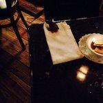 Rana se pasea en la mesa