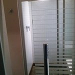bagno con porte trasparenti