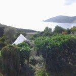 la tente et la vue vers la mer et Port Cros