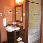 Petite chambre de bain et évier à l'extérieur de la chambre de bain