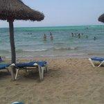 La spiaggia davanti all'albergo