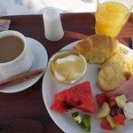 朝食はシンプルだけどプールサイドが気持ちいい