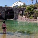 Blick von der Lagune zum Hotel