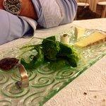 Tribologie de fromage accompagné de confis de figues et salade