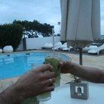 pileta al aire libre con solarium y barraa de tragos..