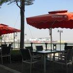 海風に吹かれて屋外テーブルで。