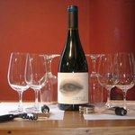 Elegir un vino de la tienda para beber en una mesa