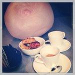 Caffè con zucchero filato e cannoncini