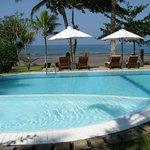 la belle piscine près de la plage