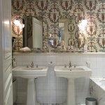 La salle de bains de la chambre 25