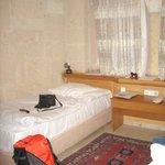 un lit dans chambre avec 2 lits jumeaux