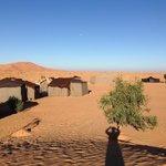 desde pequeña duna cercana imagen del campamento