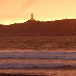Das Kreuz im Sonnenuntergang von La Serena aus gesehen