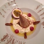 Marroni-Parfait serviert auf Passionsfruchtsauce