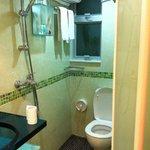 シャワーを浴びる前に トイレットペーパーの避難を忘れずに!!びしょ濡れになってしまいます。