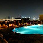 Pool @ Night mit tollem Blick auf die Skyline