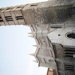 pórtico y torre románicos