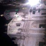 fachada principal iluninada por la noche