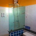 Room 5 (Ponape) bathroom