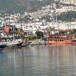 Vue sur le port et la ville d'Alanya