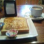 ¡¡¡A desayunar!!!Es genial que la tostada te dure hasta la mitad del periodico por lo menos!!!