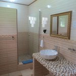 Salle de bain avec grande douche!