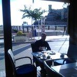 en la terraza desayunando