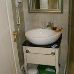 Aucune étagère dans la salle de bain. Vous posez vos trousses de toilette sur le sol !!!