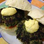 Mini hamburguesas de espinacas con salsa tártara y romescu...