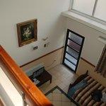 Вид со второго этажа на входную дверь