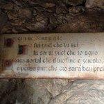 Epigrafe all'ingresso del Museo delle mummie - Ferentillo (TR)