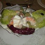 Салат из дынь и креветок в раковине