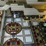 Vista desde el pasillo de las habitaciones al lobby