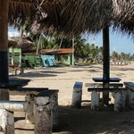 Mesas rústicas de frente para a praia