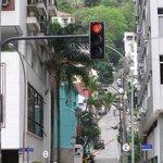 Calle de acceso con vigilancia