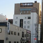This hotel is located behind Toyoko Inn. No hotel sign, it only has the Japanese name on top.