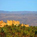 En arrivant de Tazzarine, la kasbah domine le village de N'kob