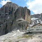 il Rifugio Franco Cavazza e dietro la Cima Pisciadù