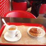 Кофе и булочка с корицей в Aroma Espresso Bar