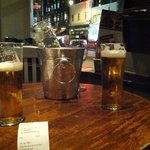 due pinte di birra pronte per essere scolate..